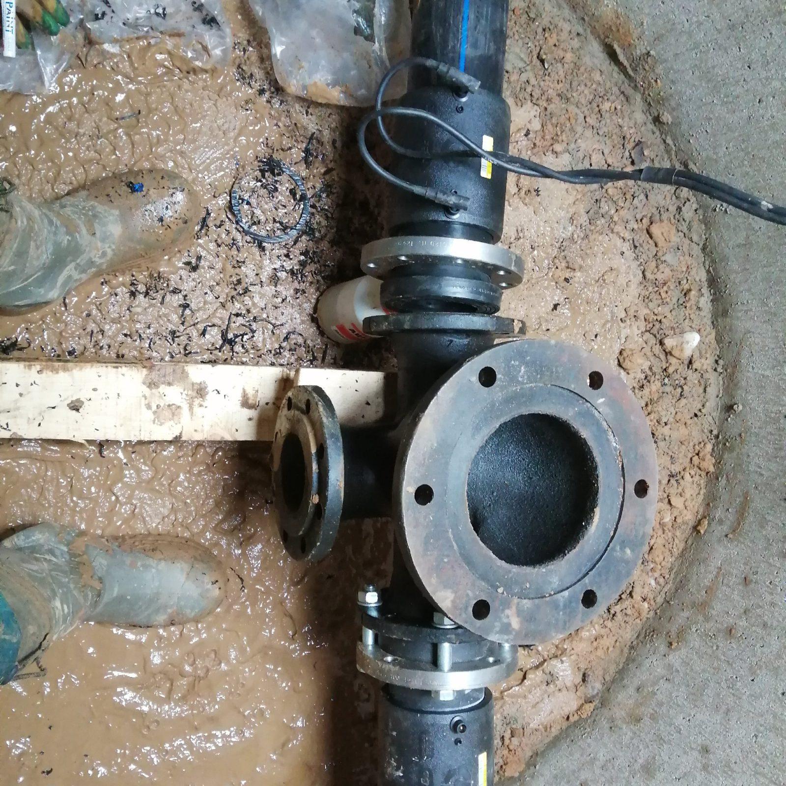 монтаж водоснабжения для школы - чугунный тройник под гидрант